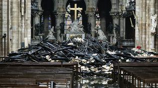 Mardi en début d'après-midi, des experts peuvent gagner l'intérieur de la cathédrale. Le feu a dévasté la toiture et des débris jochent le sol, devant l'autel. Des dons affluent pour reconstruire la cathédrale. (LUDOVIC MARIN / AFP)