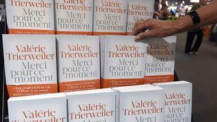 """Le livre de Valérie Trierweiler """"Merci pour ce moment"""" a été mis en vente le 4 septembre 2014. (PASCAL GUYOT / AFP)"""