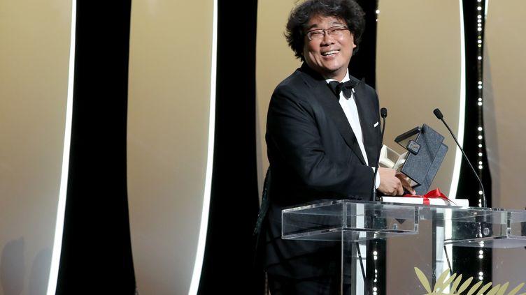 Le Sud-Coréen Bong Joon-ho reçoit sa Palme d'or, le 25 mai 2019, à Cannes. (VALERY HACHE / AFP)