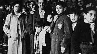 Photo prise en 1942 de juifs internés dans le camp de Drancy après avoir transité par le stade du Vélodrome d'Hiver à Paris. (AFP)