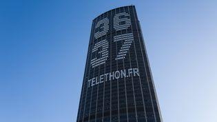 La tour Montparnasse à Paris affiche le numéro du téléthon, le 28 novembre 2017. (MAXPPP)
