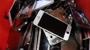 Des smartphones usagés. (NICOLAS TUCAT / AFP)