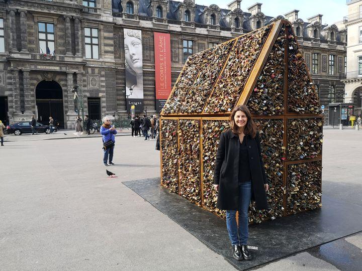"""L'artiste Carmen Mariscal devant son installation """"Chez Nous"""", place du Palais Royal à Paris (mars 2020) (© Carmen Mariscal)"""