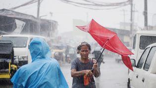 Dans les rue de Manille (Philippines) lors du passage du typhonMangkhut, le 15 septembre 2018. (NOEL CELIS / AFP)