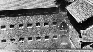 Une mutinerie éclate, le 27 juillet 1974, àla prison de la Santé à Paris.Depuis une semaine, une quarantaine de prisons françaises vivaient au rythme des révoltes de détenus. (AFP)