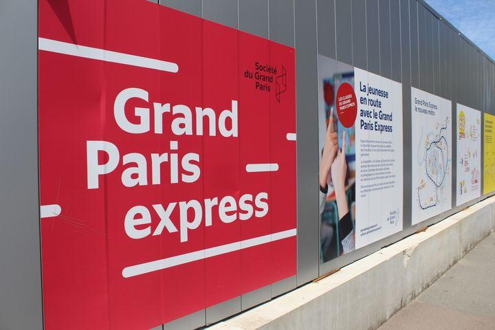Une affiche annonçant l'arrivée du Grand Paris Express à Clichy-sous-Bois (Seine-Saint-Denis), le 28 mai 2021. (ELISE LAMBERT / FRANCEINFO)