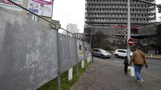 Des panneaux électoraux sont installés devant l'hôtel de ville de Bobigny (Seine-Saint-Denis), le 13 mars 2015. (DOMINIQUE FAGET / AFP)