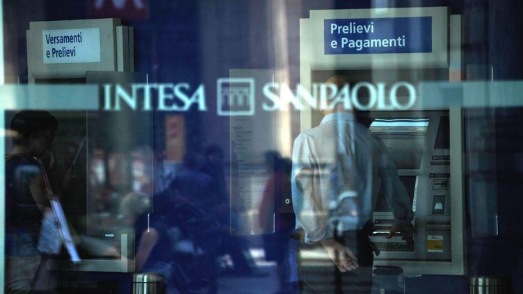 L'agence de notation Moody's a abaissé la note de 26 banques italiennes, le 14 mai 2012, dont les deux plus grandes du pays, UniCredit et Intesa Sanpaolo. (OLIVIER MORIN / AFP)