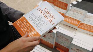 Le livre de Valérie Trierweiler s'arrache en librairies.  (Patrick Kovarik / AFP)