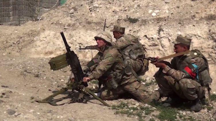 Des soldats azerbaidjanais lors de combats le 28 septembre 2020 dans le Haut-Karabakh (HANDOUT / AZERBAIJANI DEFENCE MINISTRY)