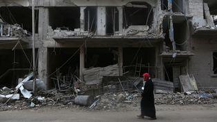Une femme syrienne dans la Ghouta orientale, près de Damas, la capitale syrienne, le 27 février 2018. (SAMER BOUIDANI / DPA / AFP)