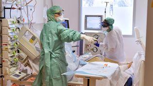 Dans le service de reanimation qui accueille les malades du Covid 19 au CHU de Montpellier, le 15 avril 2020 (photo d'illustration). (GUILLAUME BONNEFONT / MAXPPP)