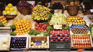 """Selon une étude, le slogan """"cinq fruits et légumes par jour"""" pourrait favoriser la consommation d'aliments gras. (CANDACE GOTTSCHALK / STONE / GETTY IMAGES)"""