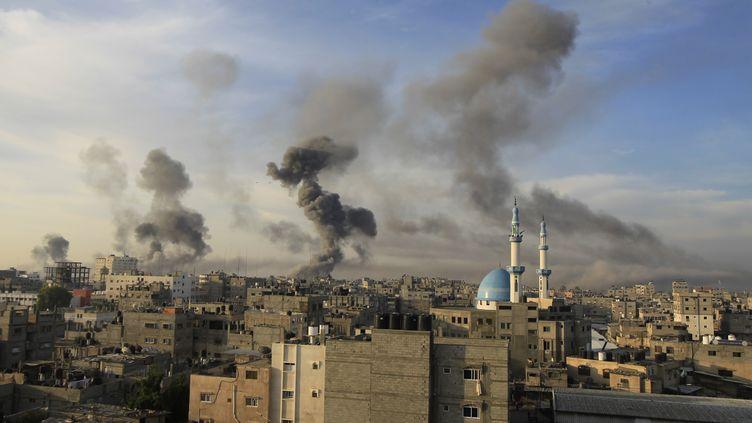 De la fumée s'élève au-dessus de Gaza, le 21 novembre 2012, après de nouvelles frappes aériennes israéliennes. (SAID KHATIB / AFP)