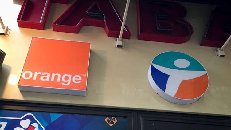 """(Orange et Bouygues Télécom ont entamé des """"discussions préliminaires"""" en vue d'un rapprochement © MaxPPP)"""