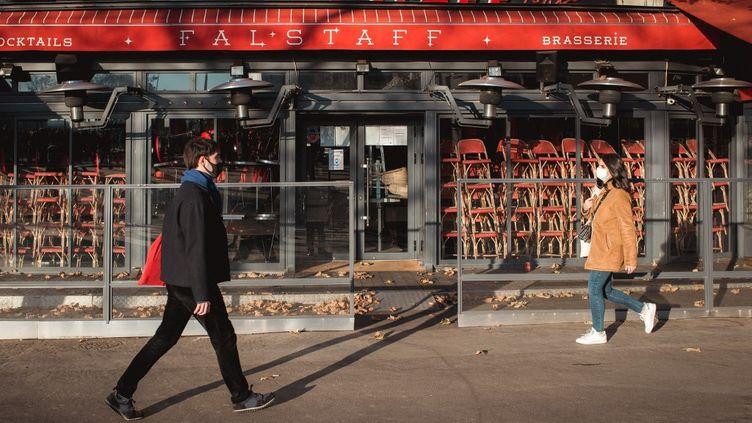 Un café fermé à Paris à cause de la crise sanitaire, le 28 novembre 2020. (L?O PIERRE / HANS LUCAS)