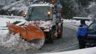 Un chasse-neige dans la ville de Laruns, dans les Pyrénées-Atlantiques, dimanche 1er février 2015. (IROZ GAIZKA / AFP)