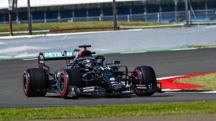 Lewis Hamilton au volant de sa Mercedes. (XAVI BONILLA / XAVI BONILLA)
