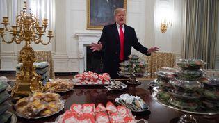 Le président américain Donald Trump a accueilli les joueurs de l'équipe de football des Clemson Tigers avec des hamburgers et des frites à la Maison Blanche, le 14 janvier 2019 à Washington (Etats-Unis). (SAUL LOEB / AFP)