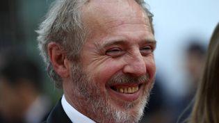 Arnaud Desplechin, souriant, présenteRoubaix, une Lumière (CHRISTOPHE SIMON / AFP)