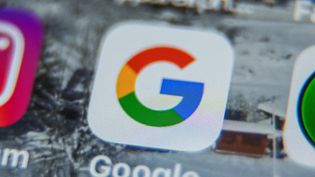Une photo prise le 28 août 2019 montre l'application du logo Google sur un smartphone. (DENIS CHARLET / AFP)