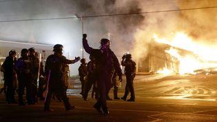Des policiers lors d'émeutes à Ferguson (Missouri), le 24 novembre 2014. (DAVID GOLDMAN / AP / SIPA)