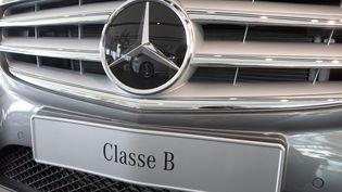 Une Mercedes Class B, exposée le 22 août 2013 chez un concessionnaire deRueil-Malmaison (Hauts-de-Seine). (PATRICK KOVARIK / AFP)