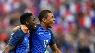 Ousmane Dembelé et Kylian Mbappé se congratulent lors du match amical France-Angleterre, le 13 juin 2017 au Stade de France. (FRANCK FIFE / AFP)