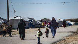 Des femmes et des enfants dans le camp de Roj, où sont détenus des proches de personnes soupçonnées d'appartenir au groupe Etat islamique, en Syrie, le 28 mars 2021. (DELIL SOULEIMAN / AFP)
