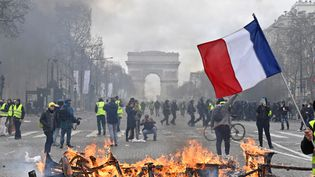 """Des""""gilets jaunes"""" manifestent sur les Champs-Elysées (Paris), lors d'une journée marquée par de nombreuses violences, le 16 mars 2019. (MUSTAFA YALCIN / ANADOLU AGENCY / AFP)"""