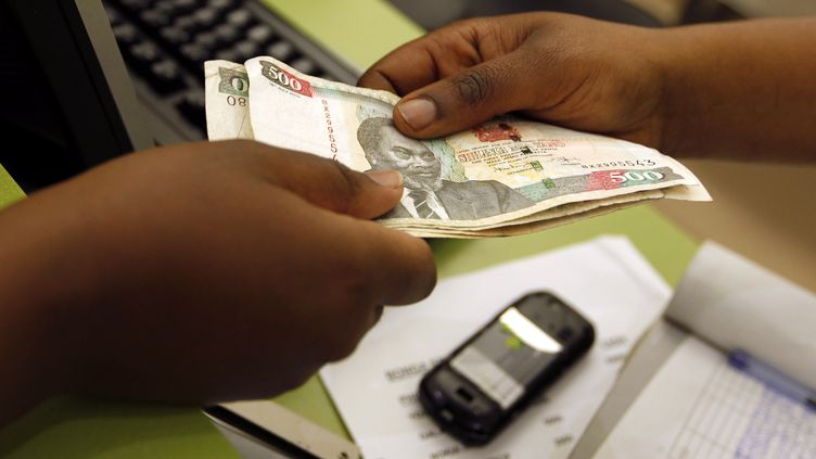 Envoi d'argent par téléphone au Kenya. Les transferts de la diaspora africaine dans le monde atteignaient les 46 milliards de dollars en 2019. (THOMAS MUKOYA / X90150)