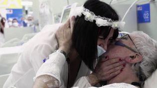Covid-19 : un hôpital espagnol célèbre le mariage de deux patients (FRANCE 2)
