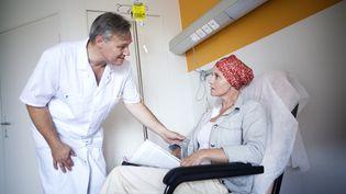 Une patiente suivant une chimiothérapie et son médecin. (Photo d'illustration) (AMELIE-BENOIST / AFP)