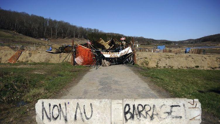 """Une barricade posée par les anti-barrages sur la """"ZAD"""" de Sivens (Tarn), le 5 mars 2015. (REMY GABALDA / AFP)"""