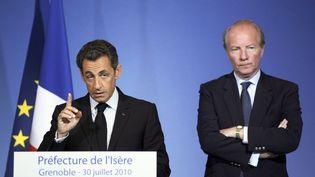 Nicolas Sarkozy, président de la République et Brice Hortefeux, ministre de l'Intérieur à la préfecture de l'Isère, le 30 juillet 2010. (PHILIPPE DESMAZES / AFP)