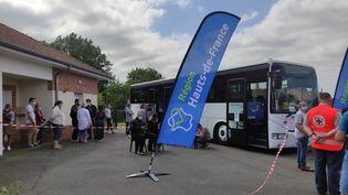 Le vaccinobus arrêté dans la commune deCapelle-les-Hesdin (Hauts-de-France) le 17 juillet 2021. (PAOLA GUZZO / RADIO FRANCE)