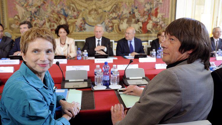 Laurence Parisot, du MEDEF, et Bernard Thibault, de la CGT, lors d'une rencontre avec le gouvernement, le 5 juillet à Paris. (BERTRAND GUAY / AFP)