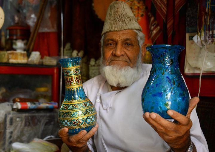 Le sultan Ahmad Hamidi dans sa verrerie, à Herat (2 août 2018)  (Hoshang Hashimi / AFP)