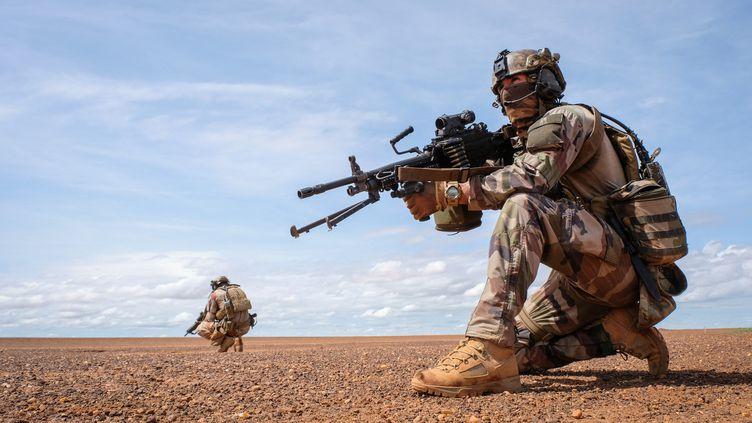 Deux soldats français de la force Barkhane, le 22 août 2018 à Gao (Mali). (FRED MARIE / HANS LUCAS / AFP)