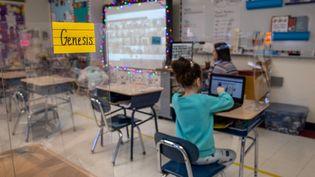 Une élève en classe, alors qu'un système d'enseignement hybride a été mis en place dans son école, à Stamford, dans le Connecticut (Etats-Unis), le 10 mars 2021. (JOHN MOORE / GETTY IMAGES NORTH AMERICA / AFP)