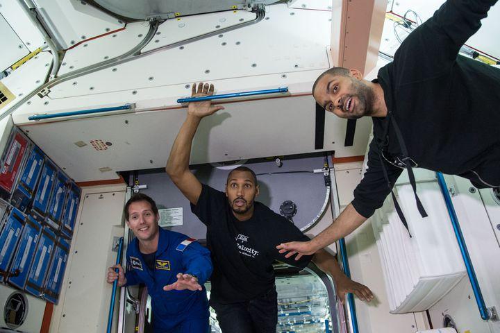 Thomas Pesquet avec Tony Parker et Boris Diaw, alors joueurs des San Antonio Spurs, lors d'une visite du Space Center de la NASA, à Houston  (LAUREN HARNETT)