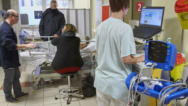 """A la Croix-Rousse de Lyon, les urgences sont """"en tension"""" avec l'arrivée de la grippe. Le service d'accueil de Nancy (Lorraine) est lui aussi fortement sollicité, comme ici le 4 janvier 2017. (MAXPPP)"""