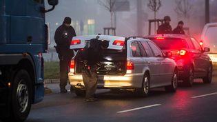 Des policiers allemands contrôlent des voitures à la frontière franco-allemande, à Kehl, le 12 décembre 2018. (CHRISTOPH SCHMIDT / DPA / AFP)