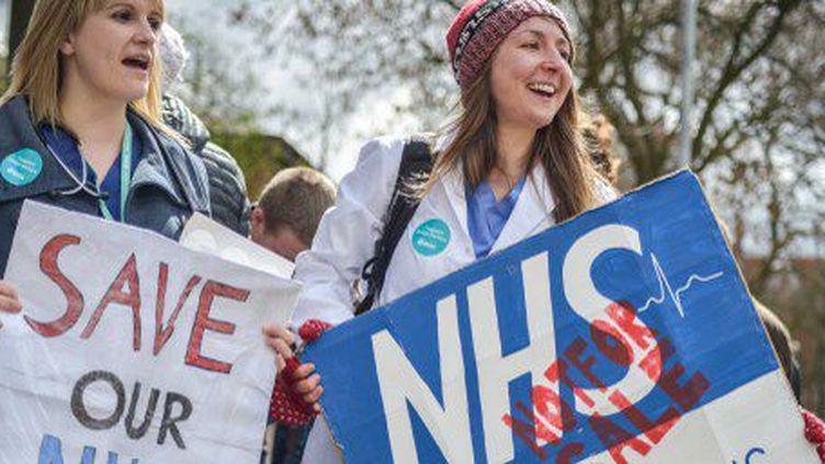 Des internes manifestent contre l'accord proposé par le gouvernement devant un hôpital de Manchester, le 26 avril 2016. (JONATHAN NICHOLSON / NURPHOTO)