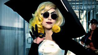 """Lady Gaga dans la clip de la chanson """"Telephone"""" (The FameMonster album), 2010, sous la direction de Jonas Åkerlund. Thierry Mugler, collection anniversaire des 20 ans pour leprêt-à-porter automne-hiver 1995–1996. (THIERRY MUGLER)"""