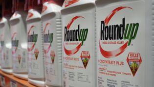 Des bidons de Roundup, un pesticide développé par Monsanto, qui appartient à l'Allemand Bayer, en vente dans un magasin de Glendale, en Californie, le 19 juin 2020. (ROBYN BECK / AFP)