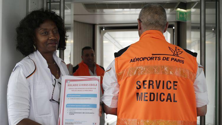 Des personnels médicaux à l'aéroport de Roissy-Charles-de-Gaulle, le 17 octobre 2014. (KENZO TRIBOUILLARD / AFP)
