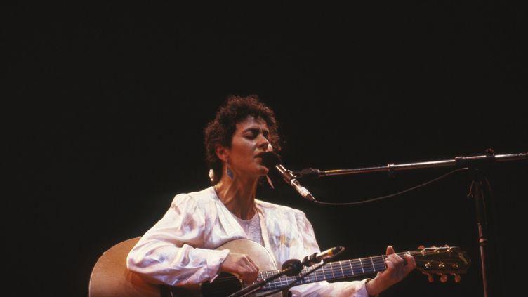 La chanteuse grecque Angélique Ionatos sur scène lors du Printemps de Bourges en 1987 dans le Cher en France. (MARC TULANE / GAMMA-RAPHO)