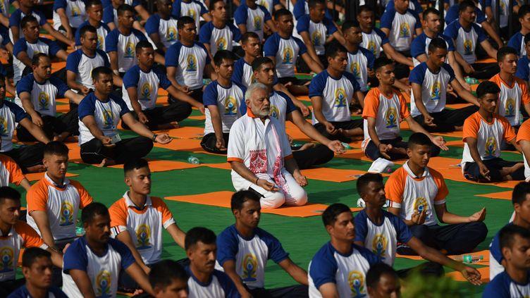 Le Premier ministre Norenda Modi (au centre) en pleine séance de Yoga à Dehradun (Inde). (PRAKASH SINGH / AFP)