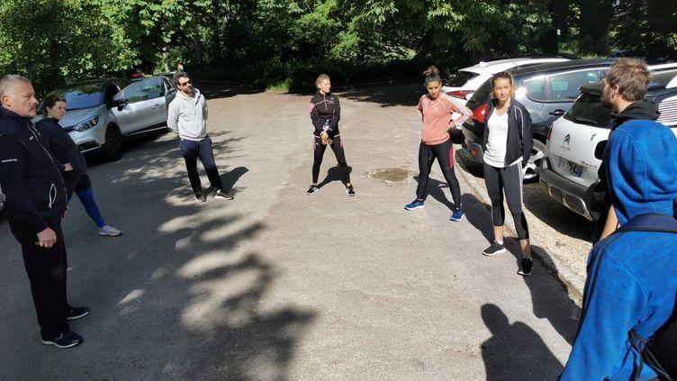 Les retrouvailles d'une partie de l'équipe de France de sabre dans le bois de Vincennes. (CECILIA BERDER / FRANCEINFO / RADIO FRANCE)